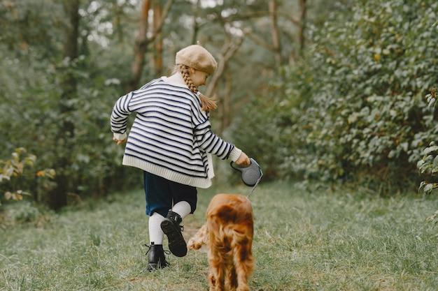 Os amigos estão se divertindo ao ar livre. criança com um vestido azul.