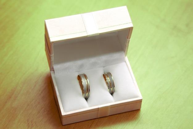 Os anéis de ouro para casamentos estão na caixa. feliz feriado