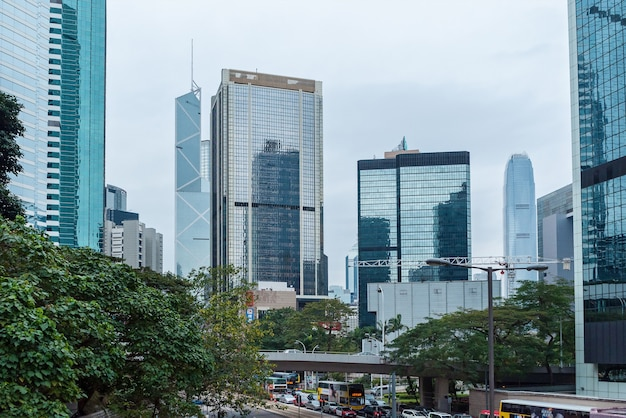 Os arranha-céus da cidade são marcos famosos de hong kong hong kong é um dos mais densos