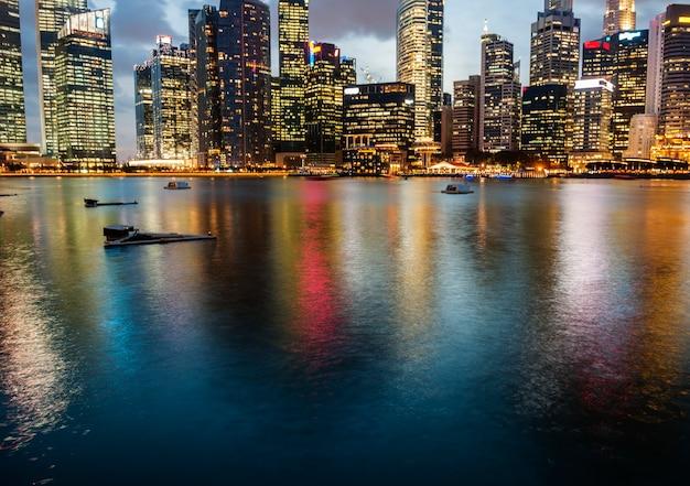 Os arranha-céus de hong kong à noite