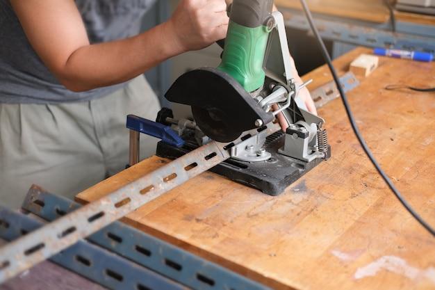 Os artesãos usam cortadores de ferro para montar projetos de bricolagem durante as férias.