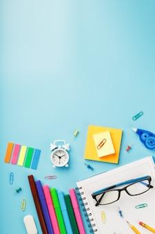 Os artigos de papelaria coloridos com um despertador encontram-se no azul.
