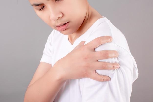 Os asiáticos têm dor no ombro devido ao exercício ou sentado por um longo tempo.