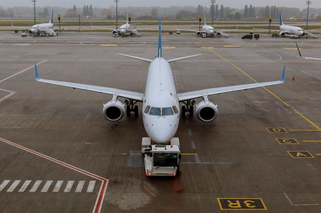Os aviões passam por um serviço de pré-voo no aeroporto internacional