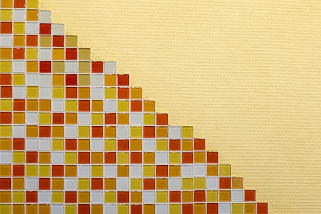 Os azulejos de mosaico multicoloridos, paredes no interior