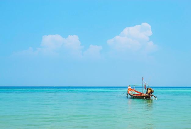 Os barcos de pesca amarraram no mar e a beleza do céu no verão na salada de haad, koh phangan.