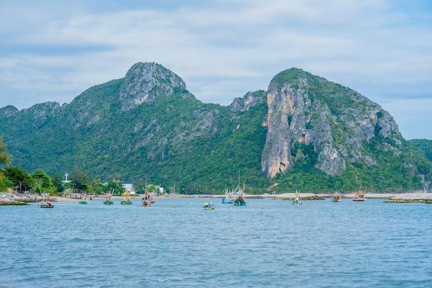 Os barcos de pesca estão estacionados na área de khlong wan. prachuap khiri khan
