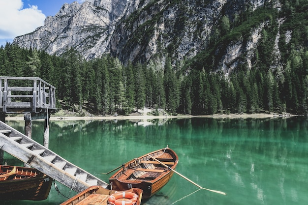 Os barcos em lago di braies em tirol sul, itália.