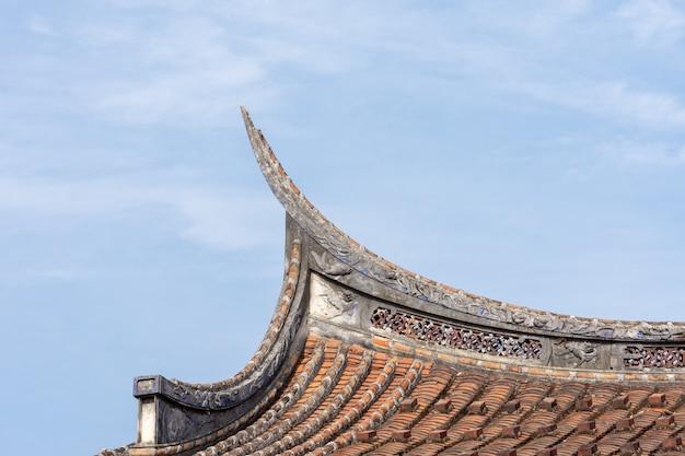 Os beirais e cantos dos edifícios residenciais chineses tradicionais são feitos de tijolo vermelho e cal