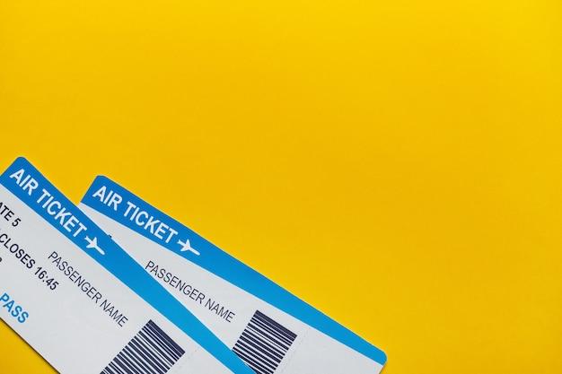 Os bilhetes de avião no fundo amarelo copiam o espaço e a vista superior.