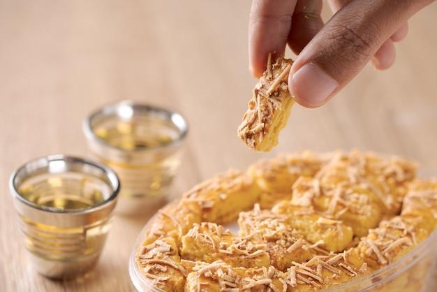 Os biscoitos de queijo holandeses kaasstengels para eid mubarak