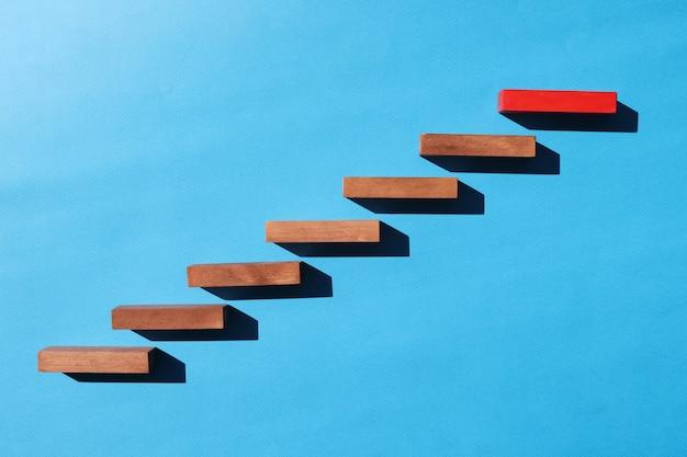 Os blocos de madeira em forma de escada vermelha no andar de cima no fundo da pomba fatores mais importantes para