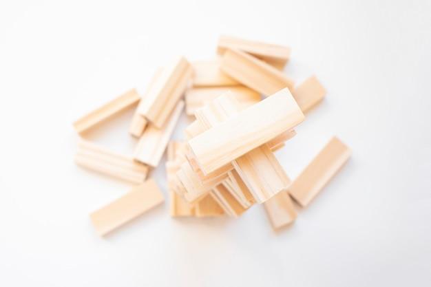 Os blocos de madeira empilham o jogo com espaço da cópia, plano de fundo. conceito de educação, risco, desenvolvimento e crescimento