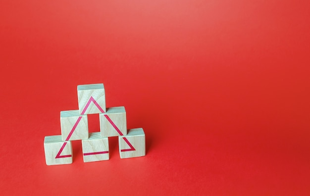 Os blocos de madeira formam um triângulo conceito de sistema de classificação de sociedade ou negócios