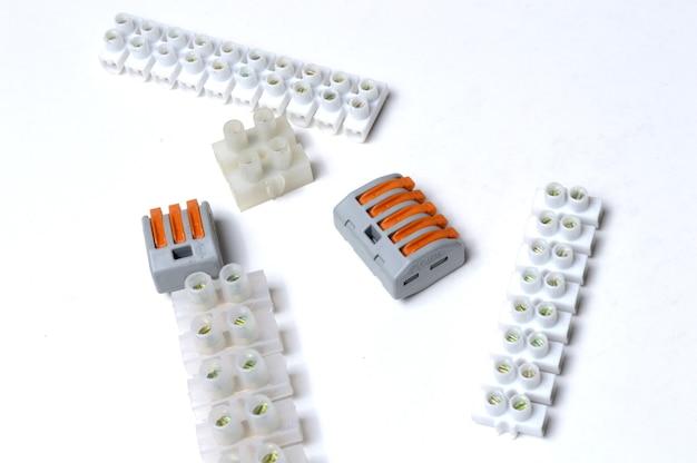Os blocos de terminais elétricos encontram-se sobre um fundo claro. fechar-se.