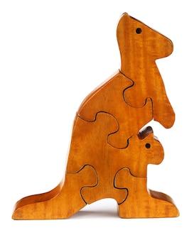 Os blocos do quebra-cabeça formam um canguru sobre um fundo branco