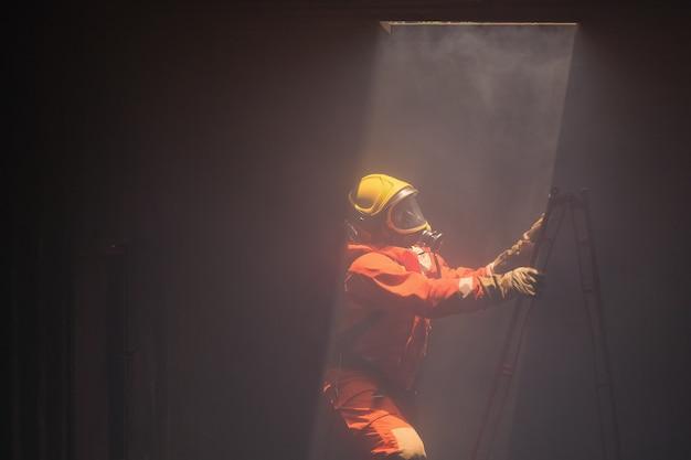 Os bombeiros foram resgatar o fogo da chaminé acima.