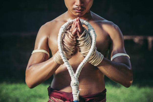 Os boxeadores amarram a corda nas mãos e nas mãos para respeitar o professor.