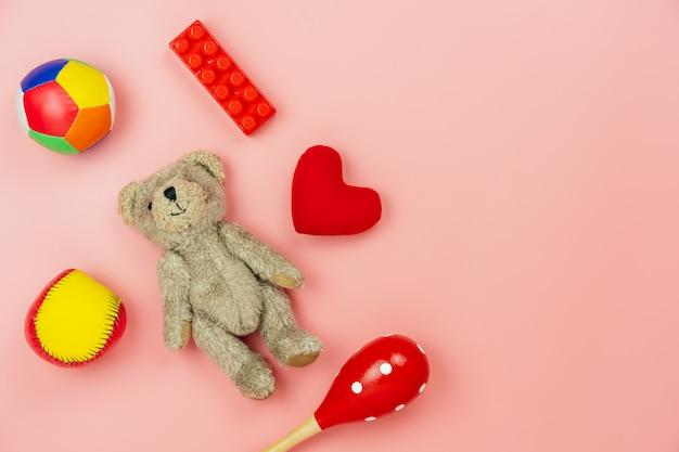 Os brinquedos da criança da decoração da vista de tabela para desenvolver o fundo