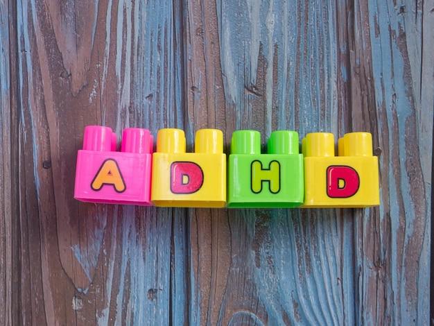 Os brinquedos de tijolo multi cor palavra adhd para conceito de ciência ou educação