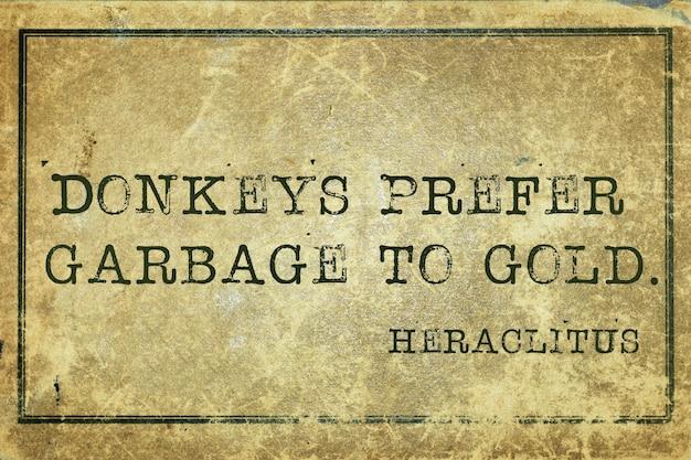 Os burros preferem o lixo ao ouro - citação do filósofo grego heráclito impressa em papelão grunge vintage