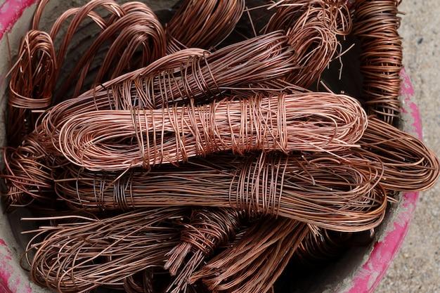 Os cabos de cobre são usados para reciclagem.