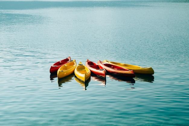 Os caiaques atracados na água esvaziam os caiaques sem pessoas