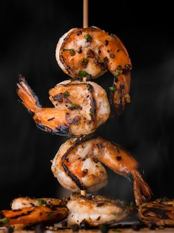 Os camarões do espeto queimaram-se grelhado com tempero da especiaria.