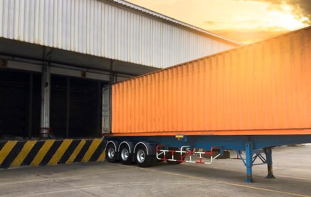Os caminhões contêineres atracar carga carga no armazém, transporte de logística da indústria de frete