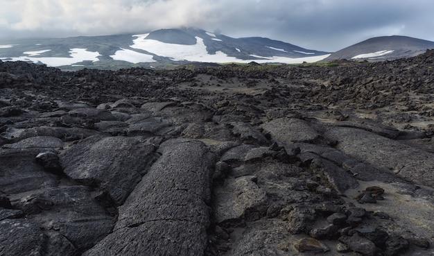 Os campos de lava do vulcão tolbachik, kamchatka