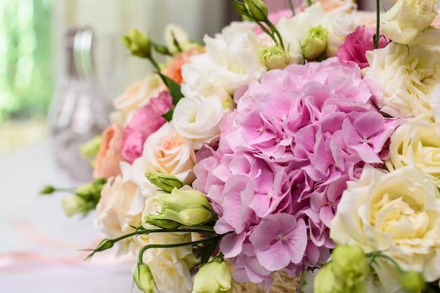 Os candelabros são na cor dourada, decorando a mesa dos convidados no casamento. mesa da sala para os hóspedes desembarcarem.