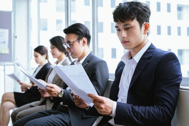 Os candidatos aguardam a vez de serem entrevistados