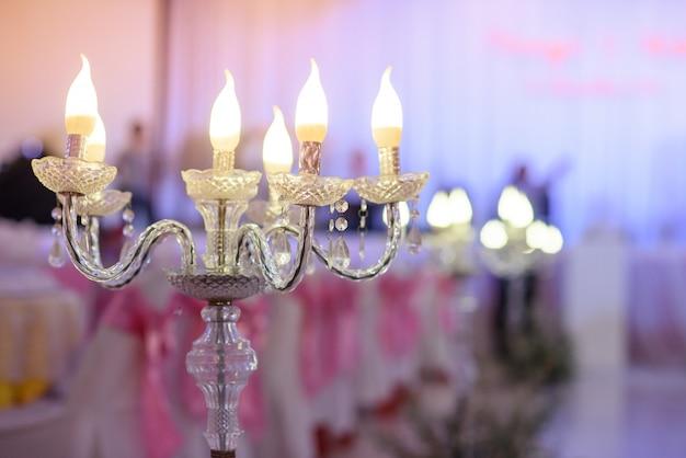Os candles de velas decoram em festa