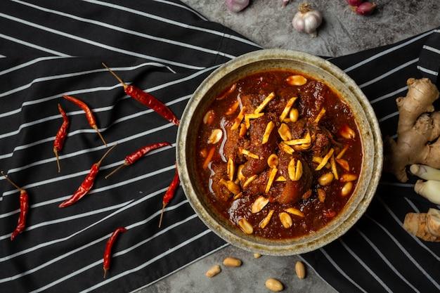 Os caranguejos de hunglae com especiarias e carne de porco, alimento local em tailândia do norte.