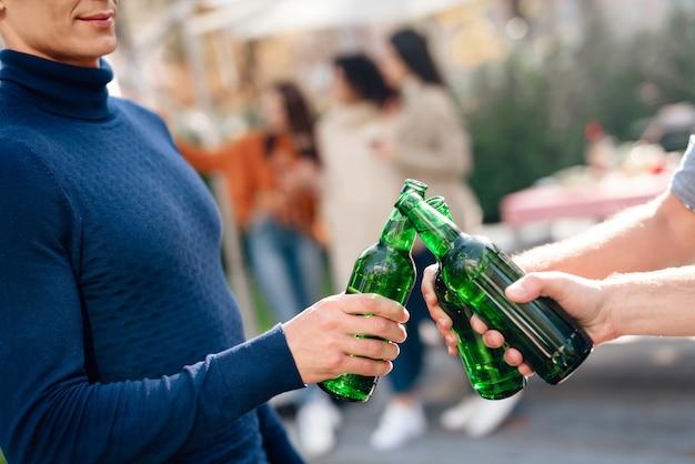 Os caras vêm para um piquenique e bebem cerveja.