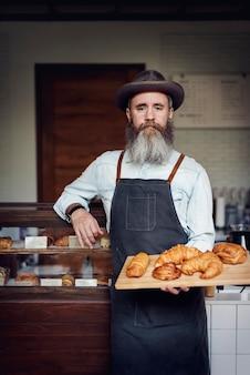 Os carboidratos do croissant cozem o conceito da nutrição do café