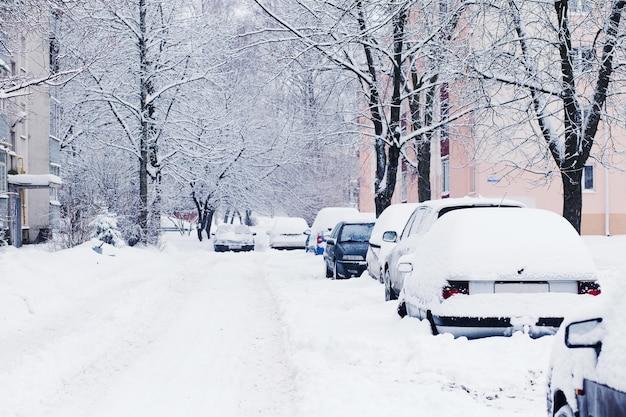 Os carros cobertos de neve