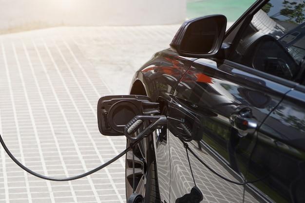 Os carros elétricos estão carregando eletricidade para armazenar em baterias de carro.