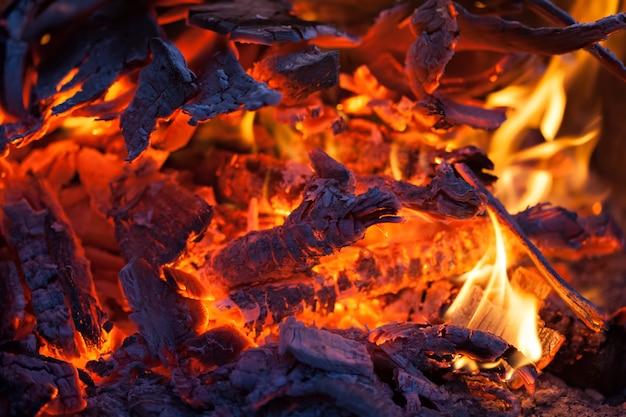Os carvões de uma fogueira, close-up