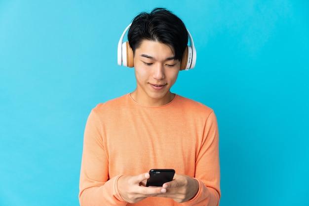 Os chineses ouvem música e procuram o celular