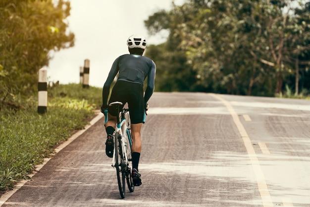 Os ciclistas estão pedalando, subindo até o topo.