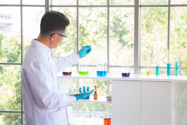 Os cientistas estão fazendo experimentos em laboratório.