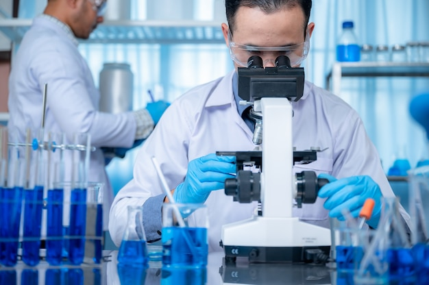 Os cientistas estão inventando produtos químicos para uso médico.