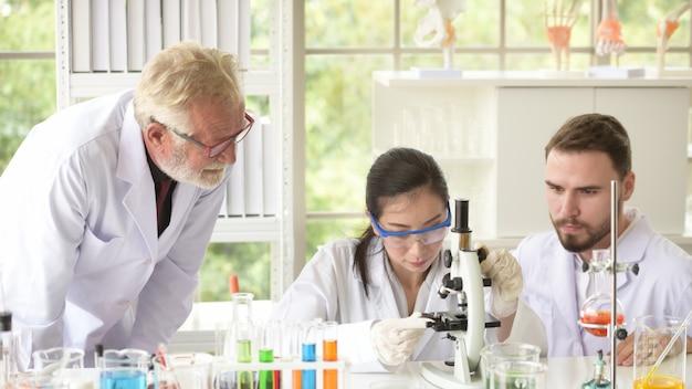 Os cientistas estão trabalhando em laboratórios de ciências.