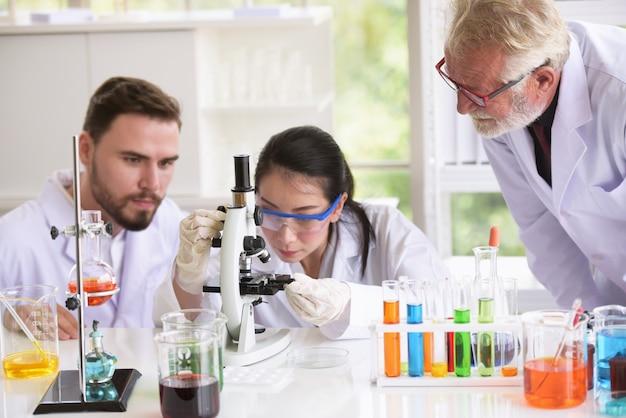 Os cientistas estão trabalhando em laboratórios de ciências