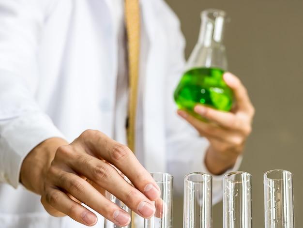 Os cientistas experimentam com compostos verdes.