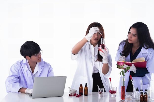Os cientistas realizando experimentos em laboratório, equipe de pesquisadores em química