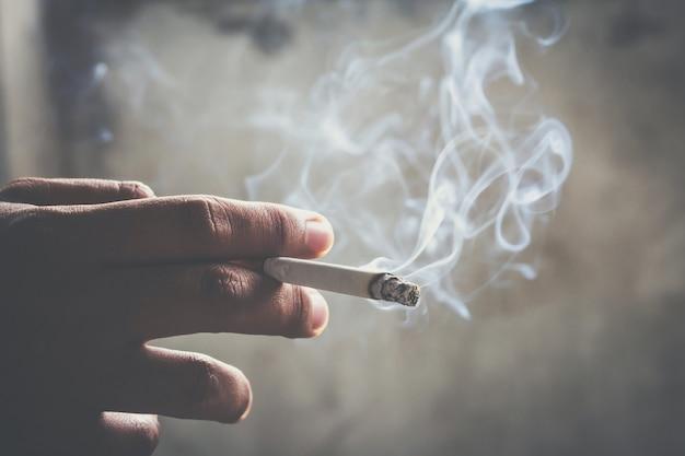 Os cigarros com fundo de foco suave são escuros.