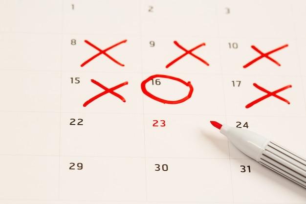 Os círculos vermelhos agendam compromissos e planejadores no calendário para sua conveniência.