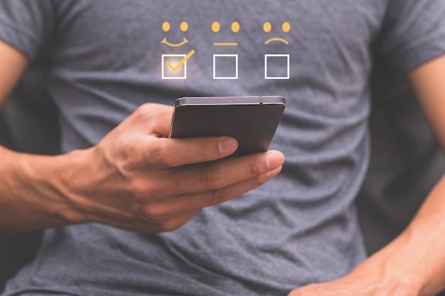 Os clientes pressionam para gostar. ao usar o serviço via smartphone